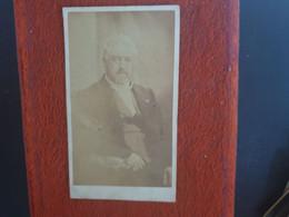CDV Ancienne  Années1880. Portrait D Un Homme élégant.  Photographe PIERRE PETIT À TRINCAMP - Antiche (ante 1900)
