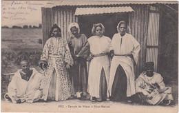 1114 FEZ - TEMPLE DE VENUS A DHAR MAHREZ - 4 FEMMES ET 2 HOMMES POSANT DEVANT L'ENTREE EN TÔLE - Fez