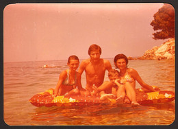 Man Guy And Girls On Beach Old Photo 12x9 Cm #31666 - Anonyme Personen
