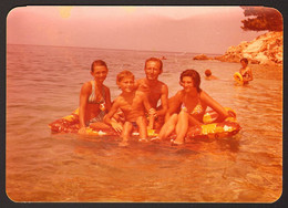 Man Guy Boy    And Girls On Beach Old Photo 12x9 Cm #31667 - Anonyme Personen