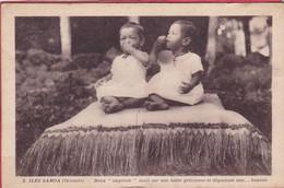 CPA ILES SAMOA Océanie Deux Angelots Assis Sur Une Natte Et Dégustant Une Banane - Samoa