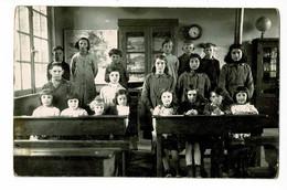 Carton Photo Format Carte Postale - Intérieur Salle Classe Primaire élèves, Bureaux, Cartes, Fables, Pendule, Mappemonde - Da Identificare