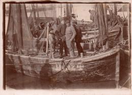 Photographie Anonyme Vintage Snapshot Pêche Pêcheur Bateau Filet - Schiffe