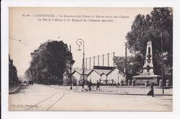 CP 50 CHERBOURG Le Monument Des Soldats Et Marins La Rue De L'Abbaye Et Les Hangars De L'aviation Maritime - Cherbourg