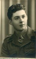 Carte Photo D'un Soldat Belge  élégant Posant Dans Un Studio Photo Dans La Ville De  Lauwe En Belgique - Guerre, Militaire
