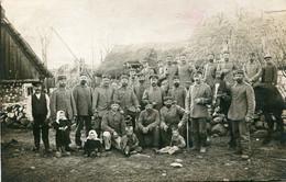 Carte Photo De Soldats Et Officiers Allemands Avec Une Famille De Paysan Russe Sur Le Front  Russe  En 1915 - Guerra, Militari