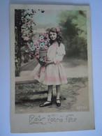 Pour Votre Fête Fille Avec Corbeille De Fleurs Meisje Met Mand Bloemen Carte Glacée Colorée Circulée Gelopen 1910 - Scènes & Paysages