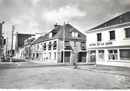 .CPSM DONGES 44  :  Place De La Gare - Rue ST-Martin  1958 - Andere Gemeenten