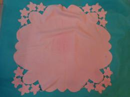Napperon Rose 75 X75 Cm Environ - Vintage - Non Classificati