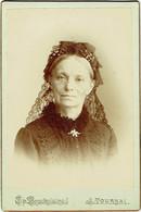 Photo Cabinet. Femme Et Broche. Tournai, Foto Th. Brackelaire. - Old (before 1900)
