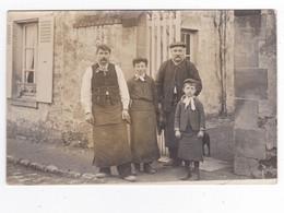 Carte Photo Ancienne à Situer Hommes Et Garçons Avec Tablier Chien Devant Portail De Maison Papier LAMY Courbevoie - Fotografia