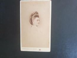 CDV Ancienne  Années 1880. Portrait D Une Femme élégante.  Photographe BOISSONNAS À GENÈVE SUISSE - Alte (vor 1900)