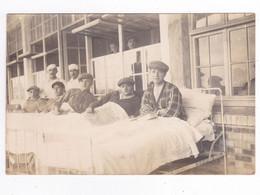 Carte Photo Ancienne à Situer Hôpital Militaire ? Jeunes Hommes Lits à L'extérieur Du Bâtiment VOIR DOS - Andere