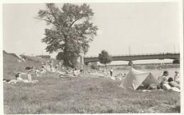 Foto AK - Wien XXI. Badetag Mit Zelt Und Luftmatratzen Auf Der DONAUWIESE 1962 - Altri