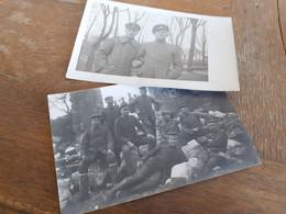MAENNER IN DEUTSCHLAND DAZUMAL - SOLDATEN OFFIZIERE IN TRUEMMERN - ARM IN ARM - KRIEGSZERSTOERUNG - Guerra, Militares