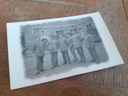 MAENNER IN DEUTSCHLAND DAZUMAL - SOLDATEN OFFIZIERE VOR KANTINE - Guerra, Militares