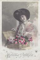 D2969 JEUNE FEMME BRUNE SOURIANTE - ROBE ROSE - PANIER DE FLEURS - BONNE ANNEE, N°3425 CROISSANT PARIS - Frauen