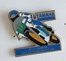 Pin's  Moto  YAMAHA  Avec  Pilote  1977  C . SARRON  1 ère  VICTOIRE  EN  G . P  250 - Motorfietsen
