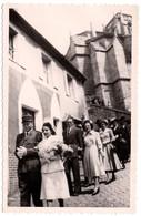 Photo Originale Mariage & Cortège D'invités Derrière Les Mariés Au Mari En Uniforme De Gendarme à La Sortie De La Messe - Personnes Identifiées