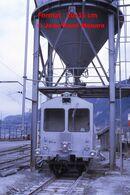 Reproduction D'unePhotographie D'une Vue De Face D'un Train Citerne MC Sous Une Grande Cuve à Martigny En Suisse - Riproduzioni