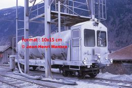 Reproduction D'unePhotographie D'un Train Citerne MC Sous Une Grande Cuve à Martigny En Suisse En 1972 - Riproduzioni
