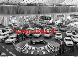Reproduction D'une Photographie Du Stand Ford Au Salon De L'automobile à Genève En 1964 - Riproduzioni