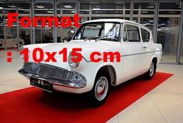 Reproduction D'une Photographie Ancienne D'une Ford Anglia 105 Eà Un Salon De L'automobile - Riproduzioni