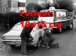 Reproduction Photographie Ancienne D'un Assistant De Dépannage RAC Dépannant Sur Le Bord De Route Une Ford Cortina 1973 - Riproduzioni