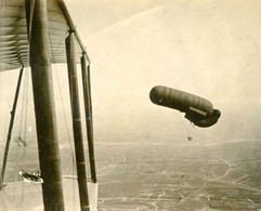 PHOTO AVIATION FRANCAISE - BALLON SAUCISSE PHOTOGRAPHIE D'UN AVION BIPLAN AU DESSUS DES TRANCHEES  - GUERRE 1914 1918 - 1914-18