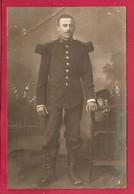 CARTE PHOTO - MILITARIA AVRIL 1914 - MILITAIRE MOUSTACHU 21 ème RÉGIMENT - ÉPAULETTES ÉPÉE SABRE - Fotografia