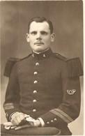CARTE PHOTO - MILITARIA 1914 1918 - MILITAIRE MOUSTACHU 4 ème RÉGIMENT De CHASSEURS - CHASSEUR - ZOOM - Fotografia