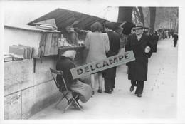 PARIS 5e - PHOTO COLLECTION JEAN HENRY - BOUQUINISTE SUR LES Quais De Seine - Photo Originale - Lieux