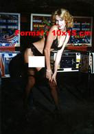 Reproduction D'une Photographie Ancienne De Brigitte Lahaie Devant Des Flippers Baissant Son Bas Noir - Riproduzioni
