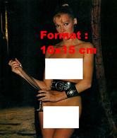 Reproduction D'une Photographie Ancienne De Brigitte Lahaie Nue Avec Une Ceinture En Cuir à Clous Goûtant Du Vin - Riproduzioni