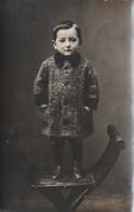 9724 Bis. Foto Cartolina Vintage Bambino In Piedi Su Sedia Anni '20 Circa Italia - Anonieme Personen