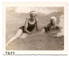 Photo Originale , Femmes Dand L'eau En Maillot De Bain , Dim. 8.5 Cm X 6.5 Cm - Anonieme Personen