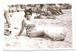 Photo Originale , Femme Assise Sur La Plage En Maillot De Bain , Dim. 8.5 Cm X 5.5 Cm - Anonieme Personen