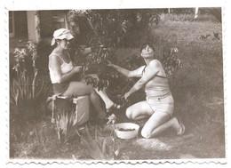 Photo Originale , Femmes Amusantes Dans Le Jardin , Dim. 11.5 Cm X 8.5 Cm - Anonieme Personen