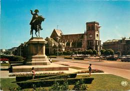 CPSM Cherbourg-La Statue De Napoléon Et L'église De La Trinité   L51 - Cherbourg