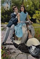 MOTO-SCOOTER-VESPA -INNAMORATI -CARTOLINA VERA FOTOGRAFIA-NON  VIAGGIATA-1958-1962 - Moto