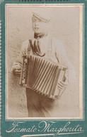 """Photo Foto - Formato """"Margherita"""" - Suonatore Di Fisarmonica """"ditta Ercole Maga, Stradella"""" -Years '1890/1900 - - Antiche (ante 1900)"""