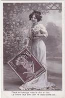 D3008 JEUNE FEMME BRUNE SOURIANTE - ROBE BLANCHE - GROS TIMBRE ET FLEURS A LA MAIN - CARTE A TEXTE, J.K. N°673 - Vrouwen
