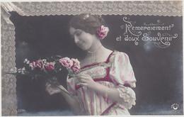 D3026 JEUNE FEMME BRUNE - ROBE DENTELEE ROSE - FLEURS - REMERCIEMENT ET DOUX SOUVENIR - N°3396 CROISSANT PARIS - Frauen