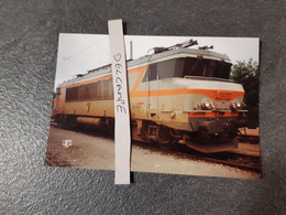 SNCF : Photo Originale Anonyme :locomotive électrique BB 22377 à QUIMPER (29) Le 11 Avril 1997 - Trains