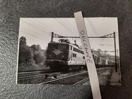 SNCF : Photo Originale COURTOIS :locomotive électrique BB 8517 En Tête D'un Train De Marchandises - Trains