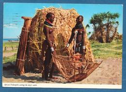 LIBERIA MONROVIA AFRICAN FISHERGIRLS SORTING THE DAY'S CATCH 1976 N°A624 - Liberia