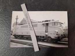 SNCF : Photo Originale Anonyme :locomotive électrique BB 9200 Au Dépôt De PARIS SUD OUEST - YVRY SUR SEINE (94) - Treinen