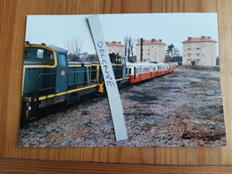 SNCF : Photo Originale Anonyme : Locomotive Diesel BB 71000 Et Autorails X 3800 Picasso Au Dépôt De NEVERS (58) - Trains