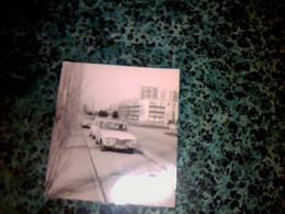 Vieille Photo Anonyme Automobile  Ancienne à Identifier *dans Une Cité - Auto's
