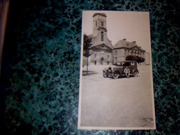 Vieille Photo Anonyme Automobile  Ancienne à Identifier Personnage Assis Sur Un Vieux Tacot Sur La Place D'un Village - Auto's